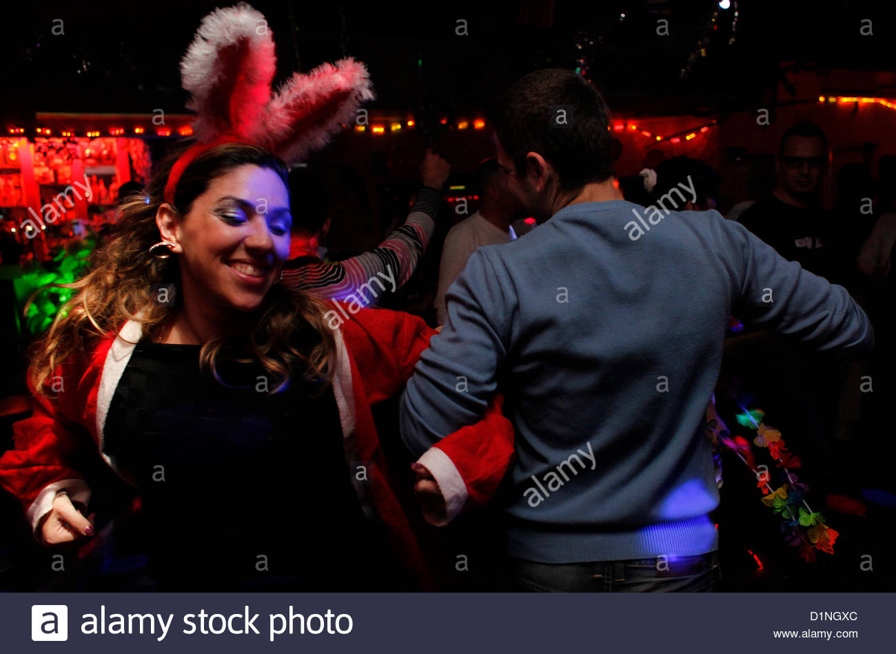 Young Israeli couple dancing during new year eve in a nightclub in Neveh Shaanan neighborhood Southern Tel Aviv - Stock Image