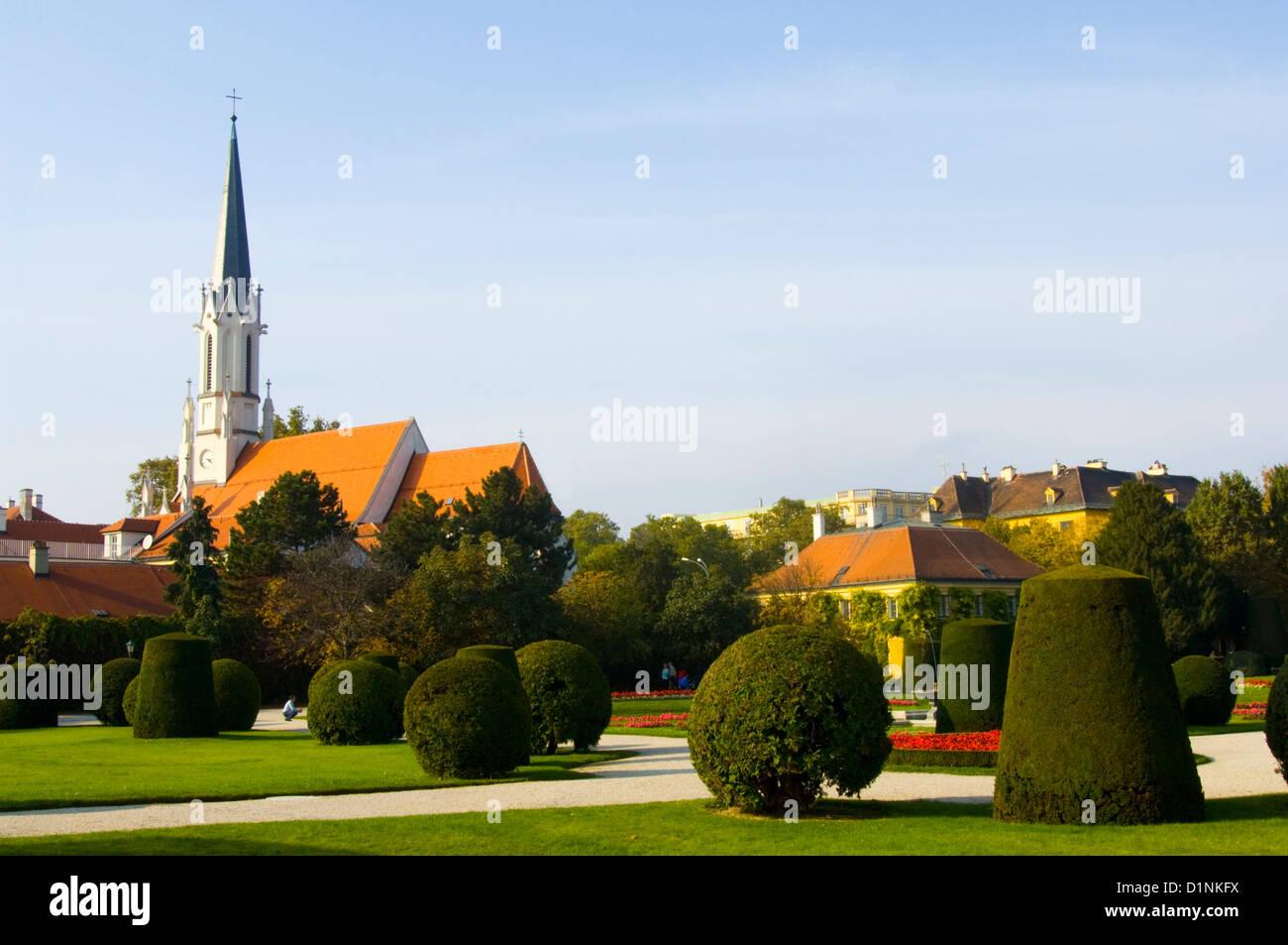 Österreich, Wien 13, Hietzing, Schlosspark Schönbrunn, im Hintergrund die Hietzinger Kirche - Stock Image