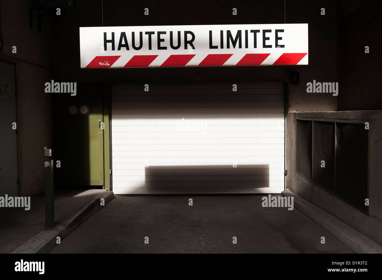 Paris, France: Height limit warning sign in French at the entrance to an underground car park - Stock Image