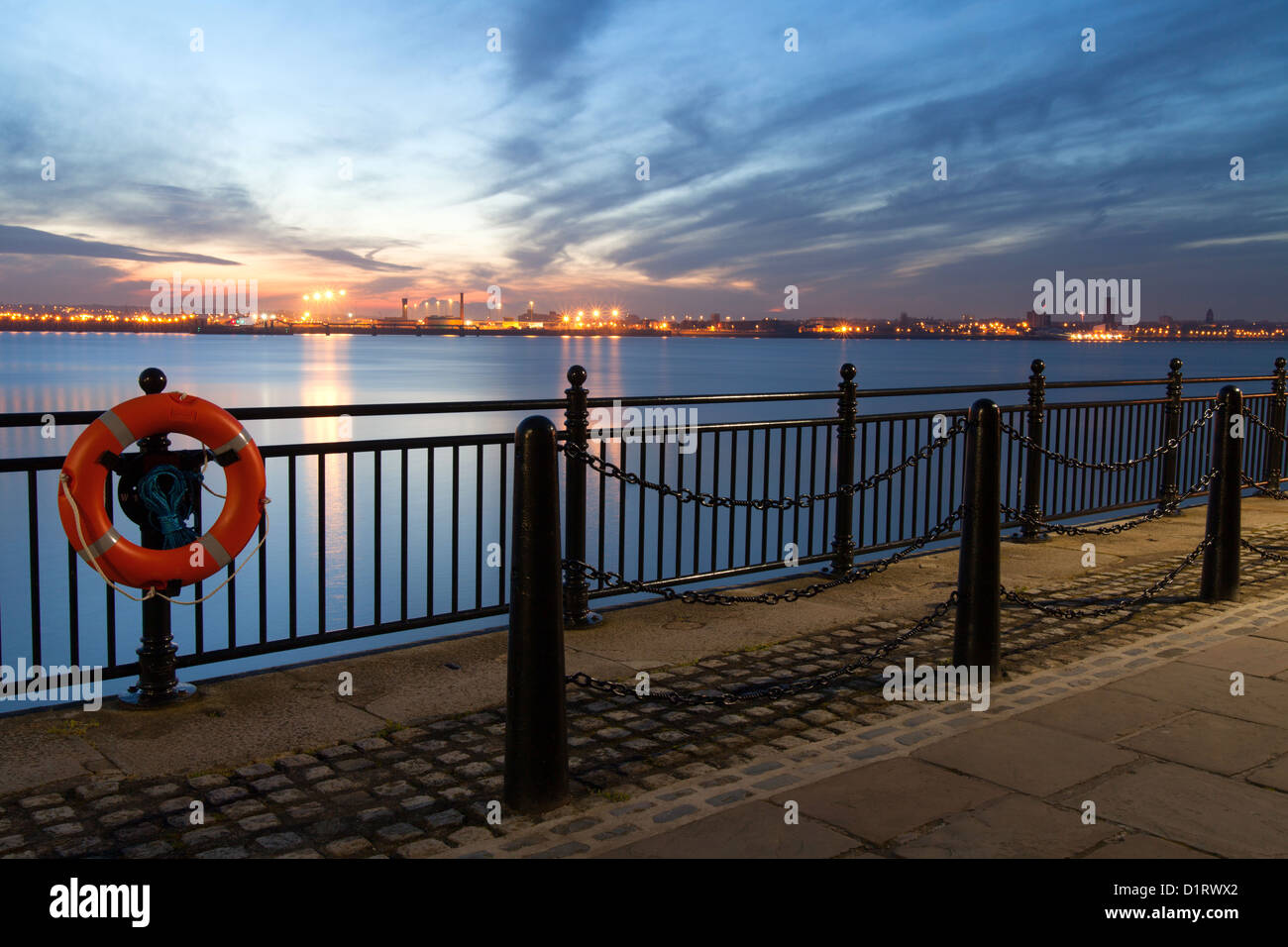 Night time Liverpool prom overlooking the River Mersey - Stock Image