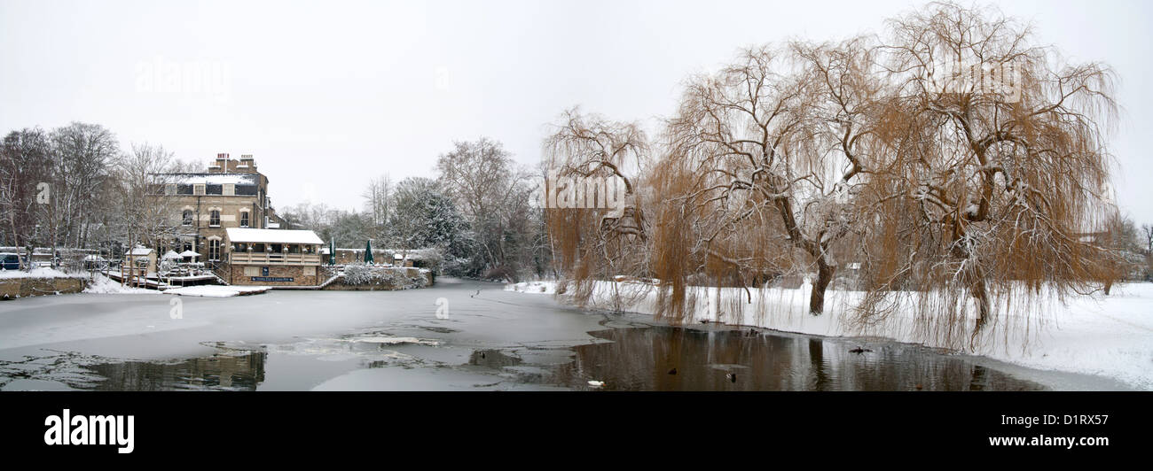 Granta pub on the river Cam Cambridge, winter willows in the snow and ice. - Stock Image