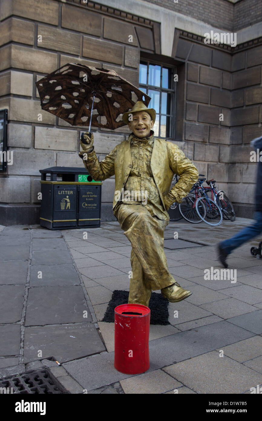 Busker gold statue - Stock Image