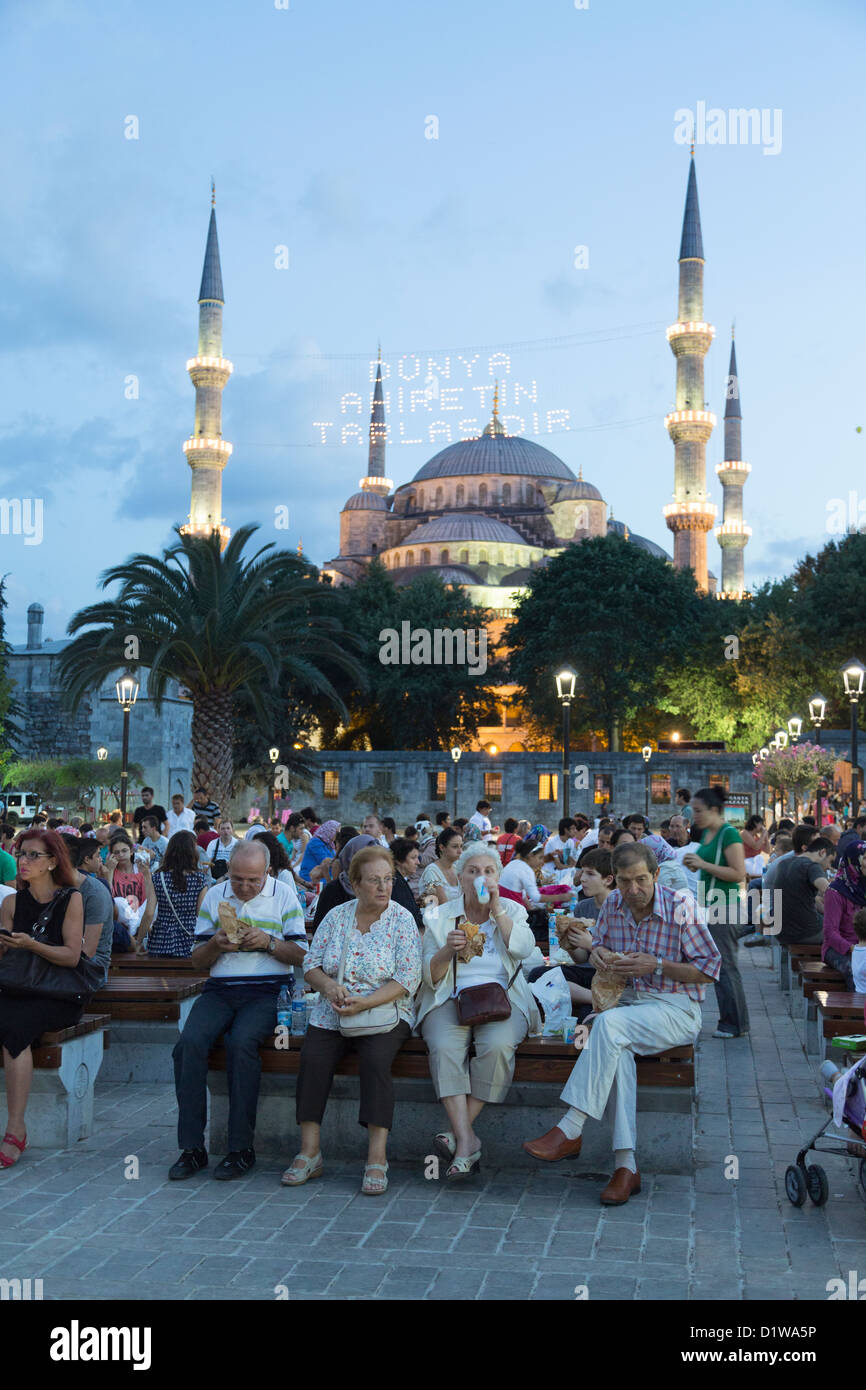 Muslims during Ramadan picnicking at a park at Sultan Ahmet district, Istanbul, Turkey - Stock Image