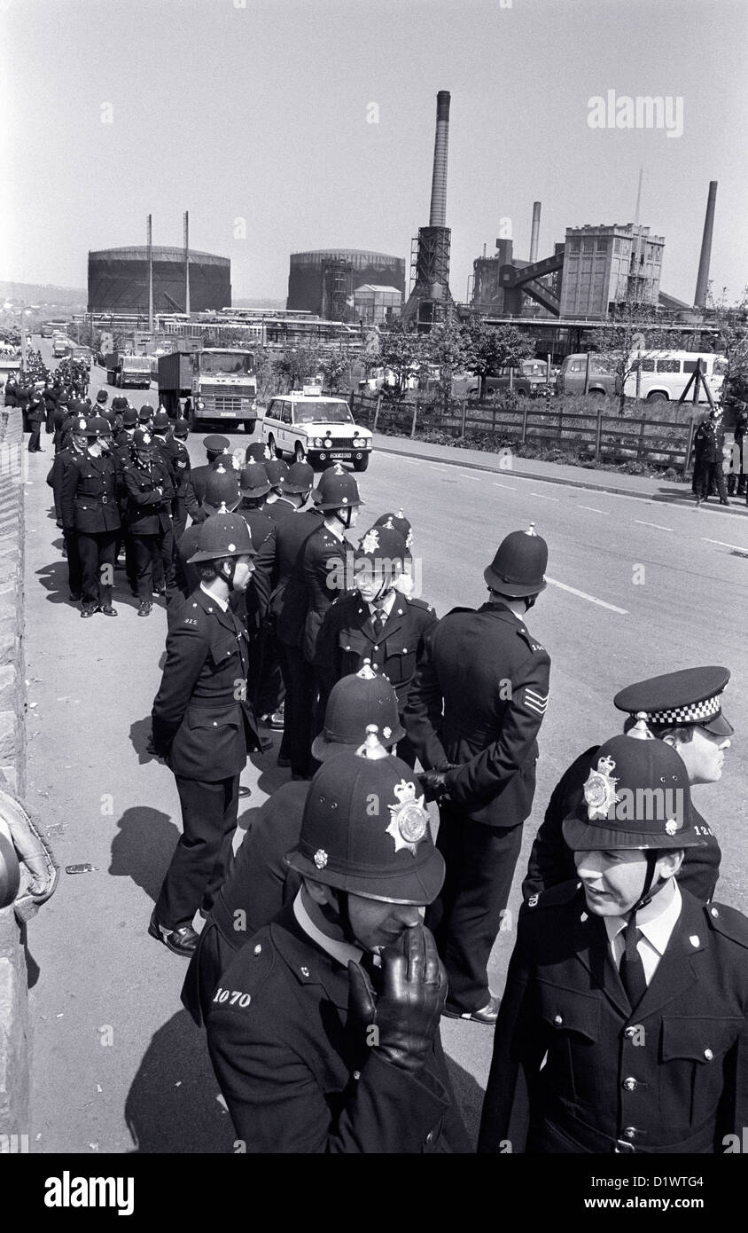 Police protect coal delivery lorries at the Orgreave Coking plant in Sheffield South Yorkshire during the 1984-85 Stock Photo