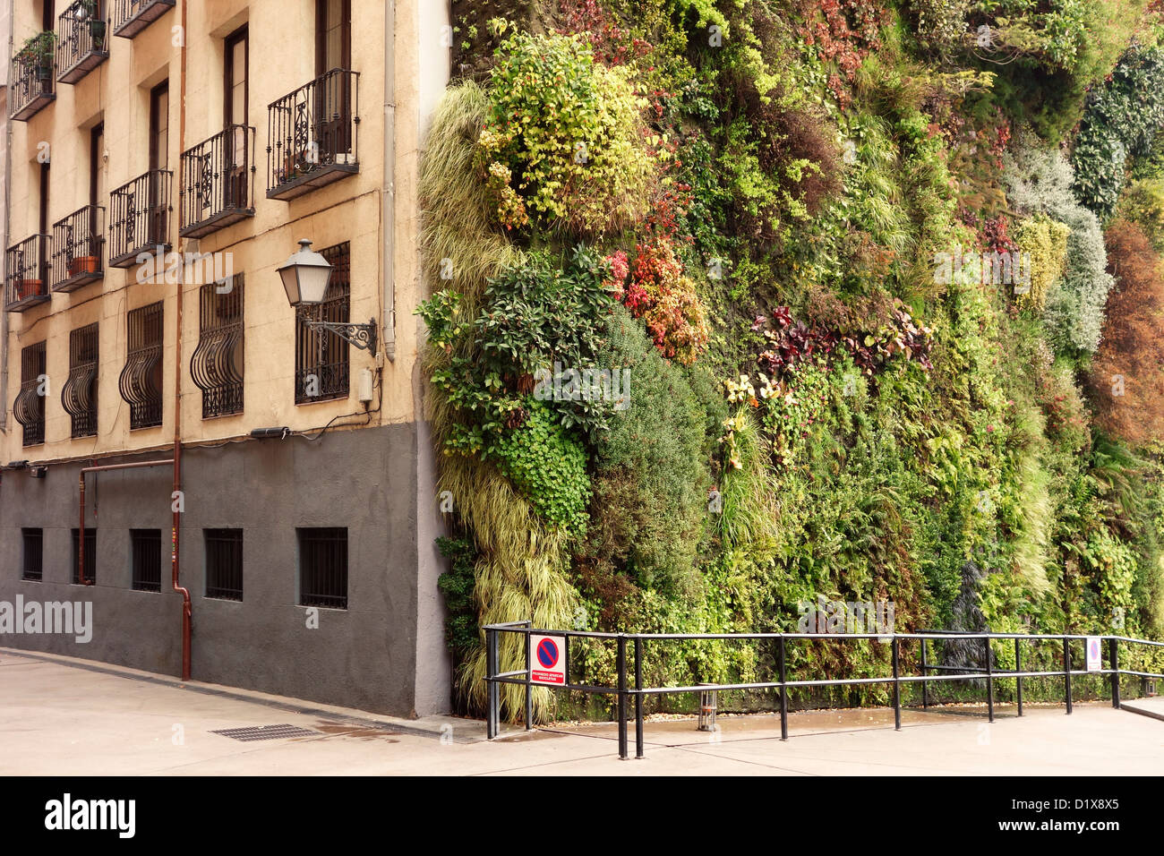 Living wall stock photos living wall stock images alamy - Giardino verticale madrid ...