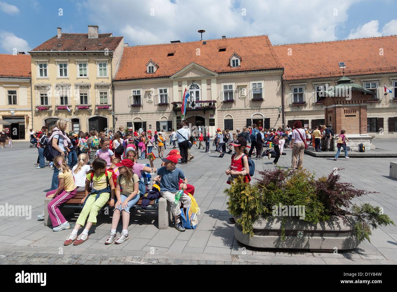 Elk192-1206 Croatia, Samobor, main square with schoolchildren - Stock Image