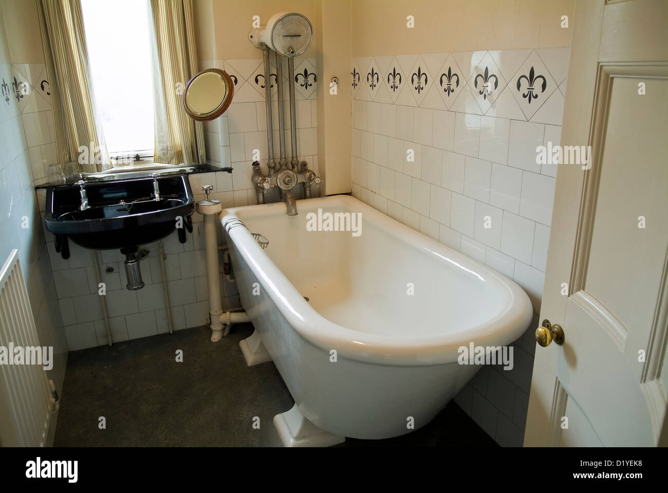 Old Fashioned Bathroom Stock Photos & Old Fashioned Bathroom Stock ...