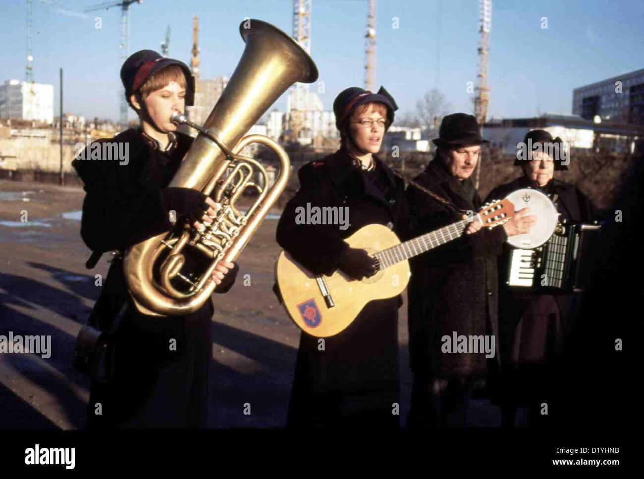 Liebe Deine Naechste!  Liebe Deine Nächste  Josefine (Lea Mornar, l), Isolde (Heike Makatsch, 2vl), Alte Soldatin Stock Photo