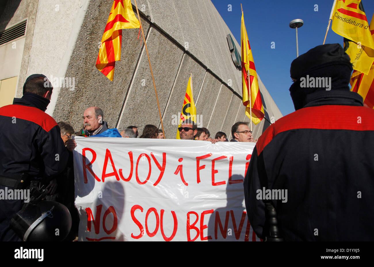 La inauguración del AVE a Girona reúne a Rajoy y Artur Mas. Mientras tanto se manifiestan gente en contra - Stock Image