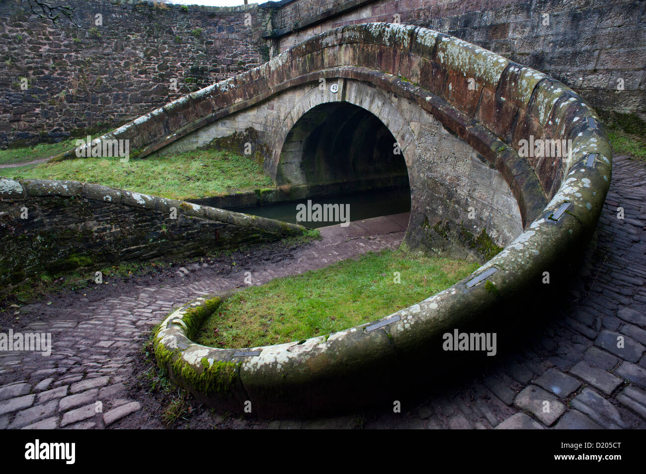 Macclesfield, Cheshire. Snake bridge carrying the towpath over the Macclesfield Canal, near the town. Stock Photo