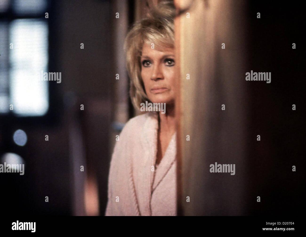 Der Psychopath  Maddening,  Angie Dickinson Als Cassie unterwegs eine Panne hat, taucht ploetzlich Roy auf. Er schleppt - Stock Image