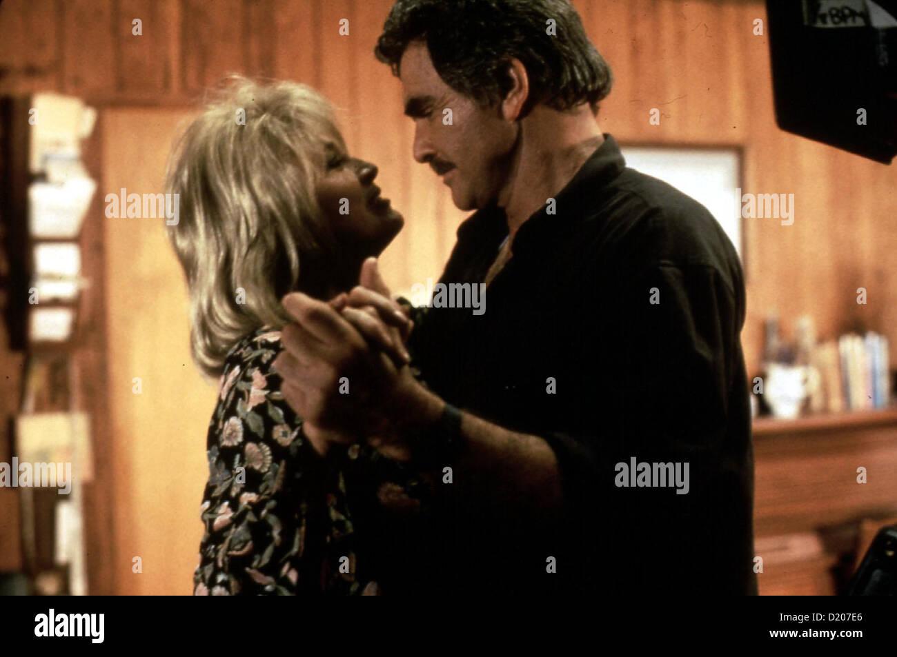 Der Psychopath  Maddening,  Angie Dickinson, Burt Reynolds Zu spaet bemerkt Cassie, dass Roy (Burt Reynolds) und - Stock Image