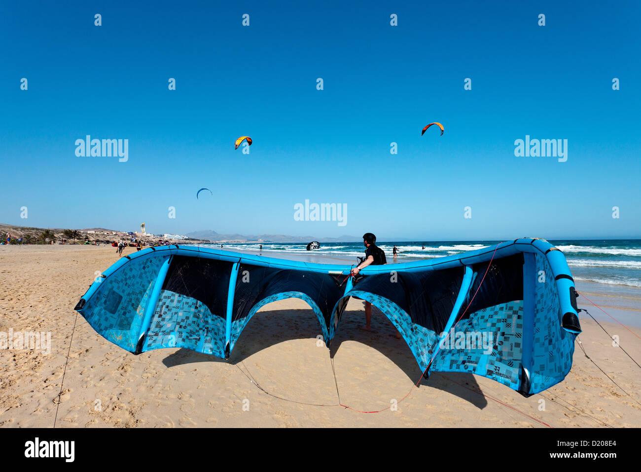 Kite surfer at beach, Playa Barca, Playa de Sotavento, Fuerteventura, Canary Islands, Spain - Stock Image