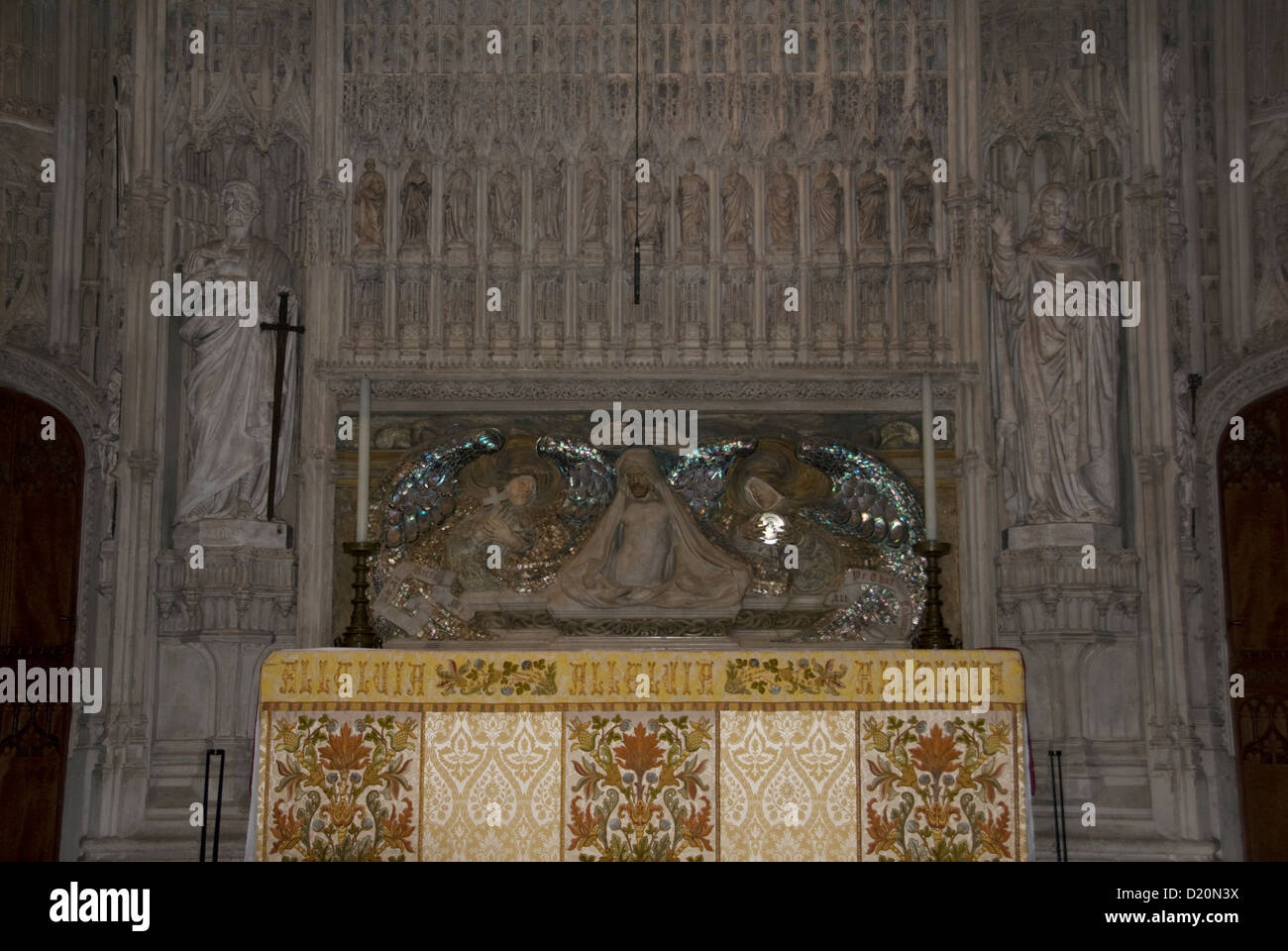 HERTS; ST.ALBANS ABBEY; THE ALTAR; THE RESURRECTION; SHRINE STS. ALBAN & AMPHIBALUS (DESIGNED BY ALFRED GILBERT) - Stock Image