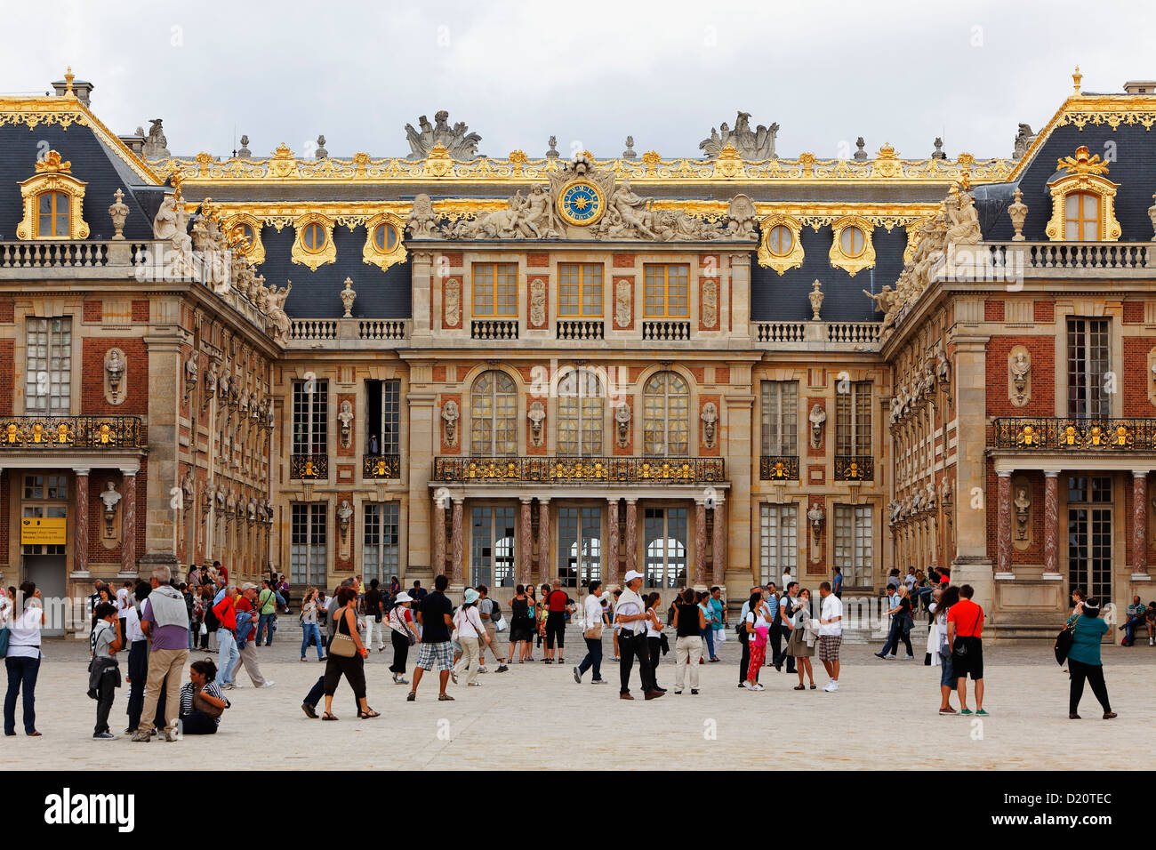people in front of the palace of versailles ile de france france stock photo 52879636 alamy. Black Bedroom Furniture Sets. Home Design Ideas