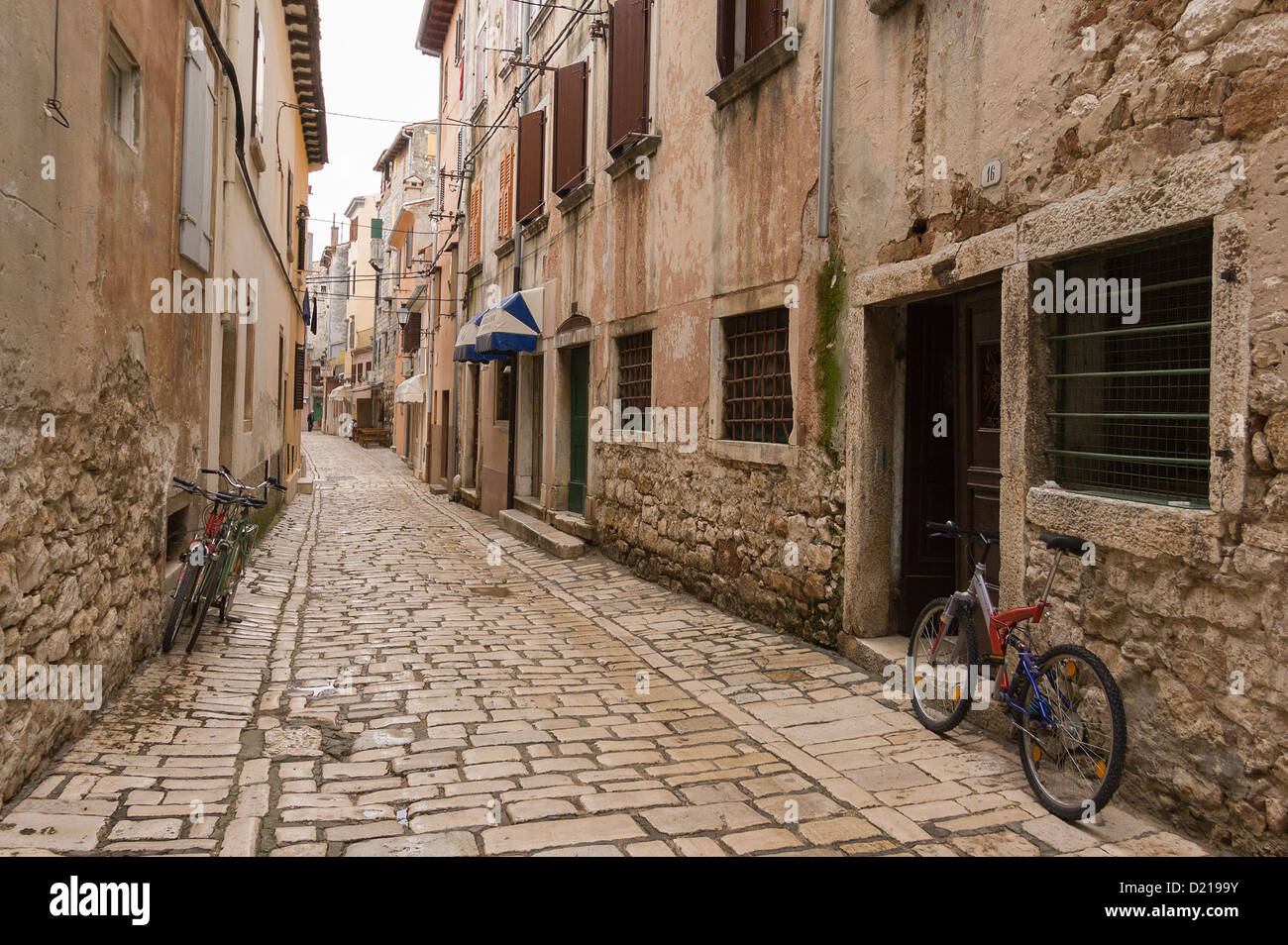 Elk192-1612 Croatia, Rovinj, pedestrian street with bicycles - Stock Image