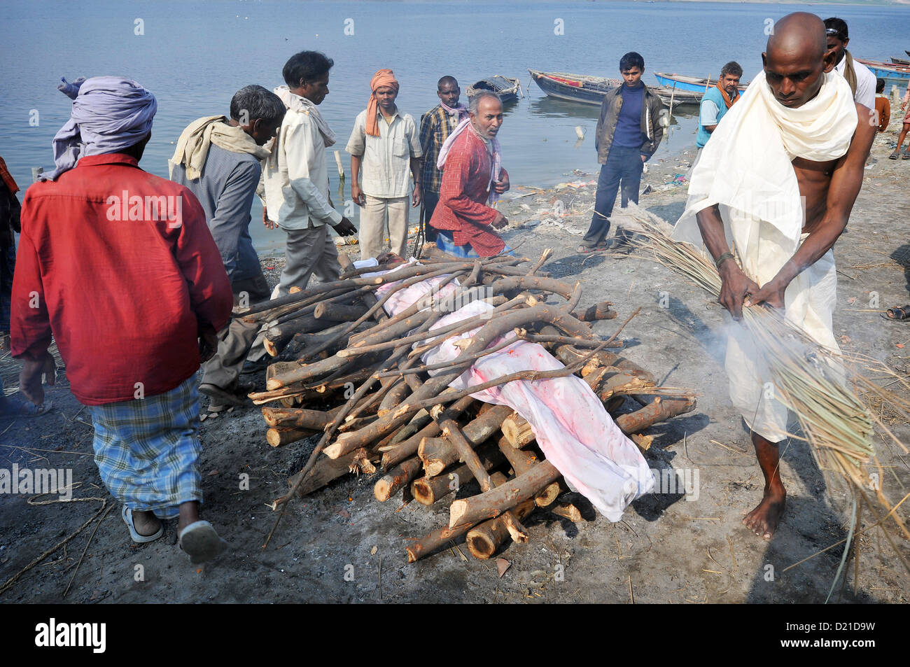 A cremation ritual on the banks of the Ganges. - Stock Image