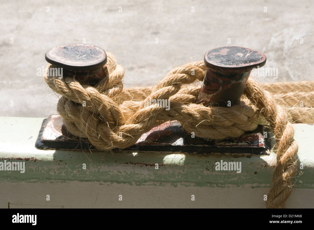 rope knots knot tied tying up moored mooring boat boats harbor harbors twine knotted get quayside - Stock Image
