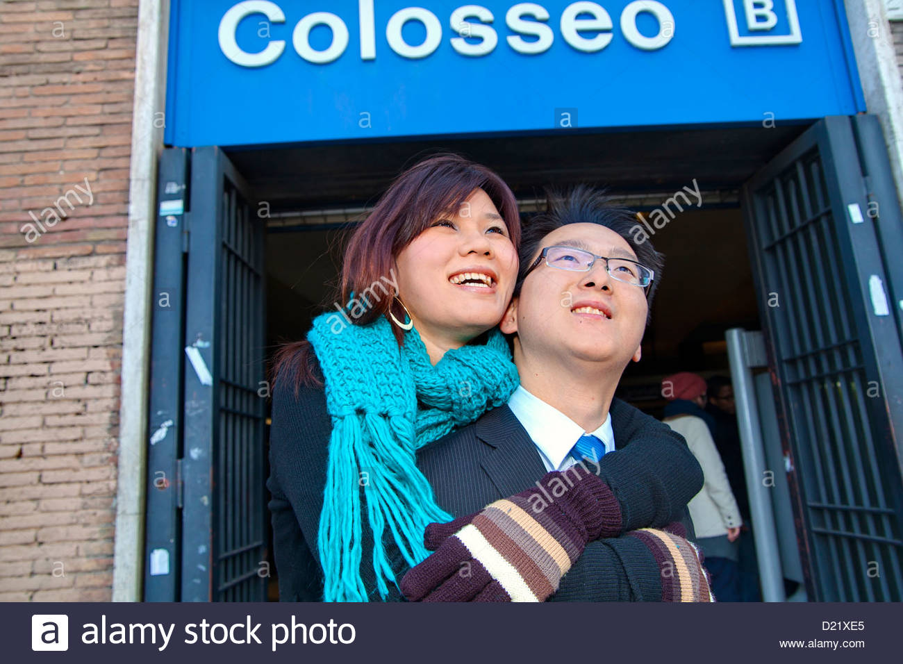 Couple at the Roman Colosseum metro stop - Stock Image