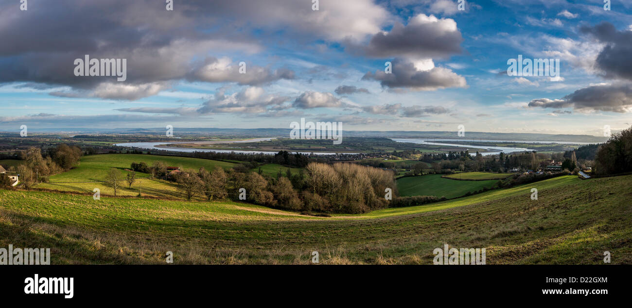 OXBOW BEND IN RIVER SEVERN NEAR NEWNHAM GLOUCESTERSHIRE ENGLAND WITH COTSWOLD IN BACKGROUND UK - Stock Image