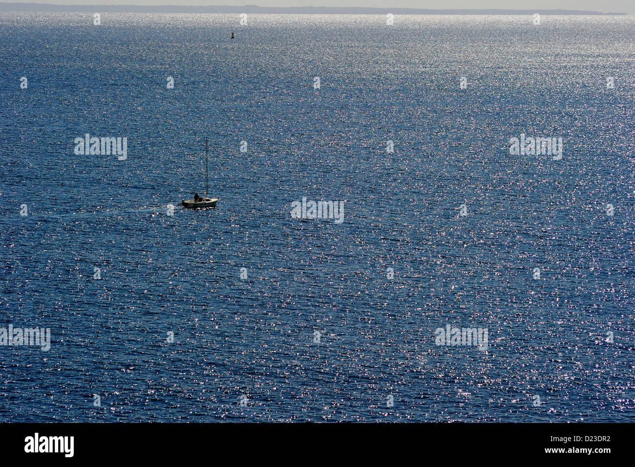Atlantik-unendlich weiter Blick über die See mit einem einzigen Segelboot - Stock Image
