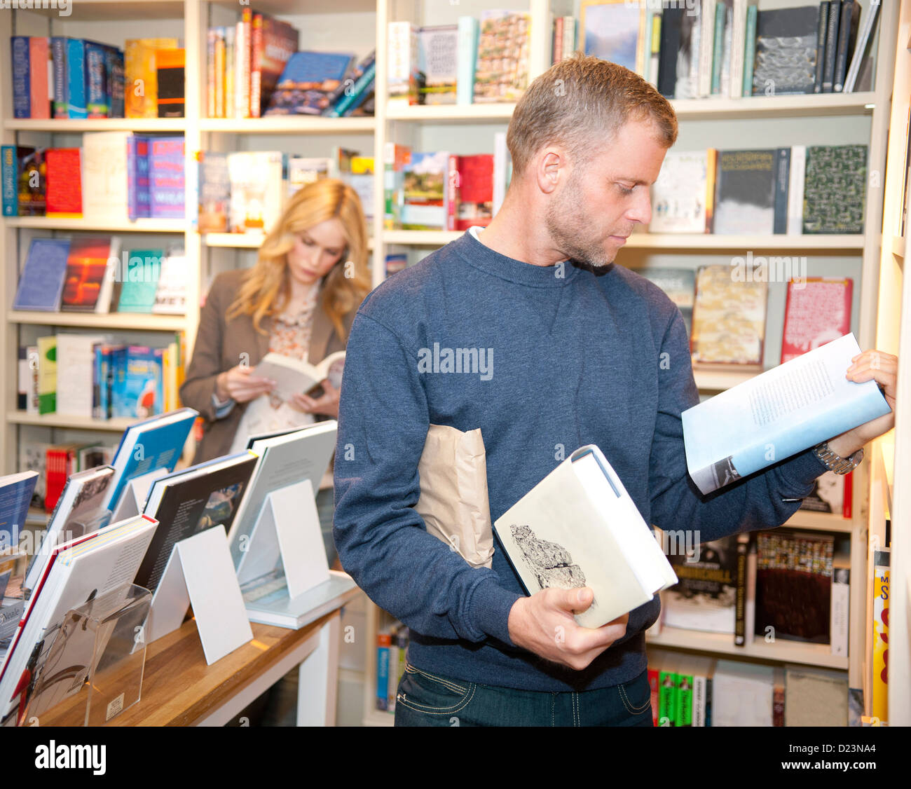 Couple browsing in bookstore in stock photos couple for Inside genova madrid