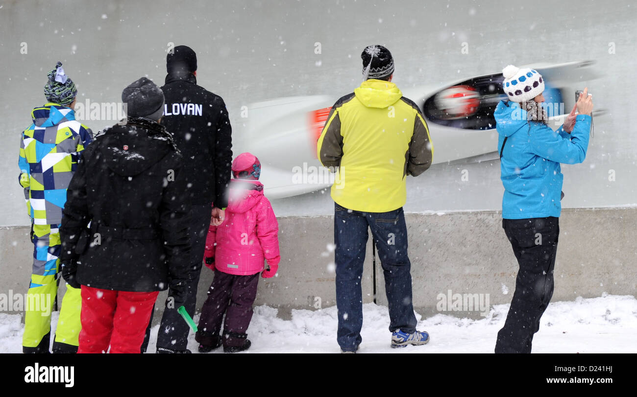 Visitors observe the action during the Bobsleigh World Cup in Koenigssee, Germany, 12 January 2013. Photo: Tobias - Stock Image
