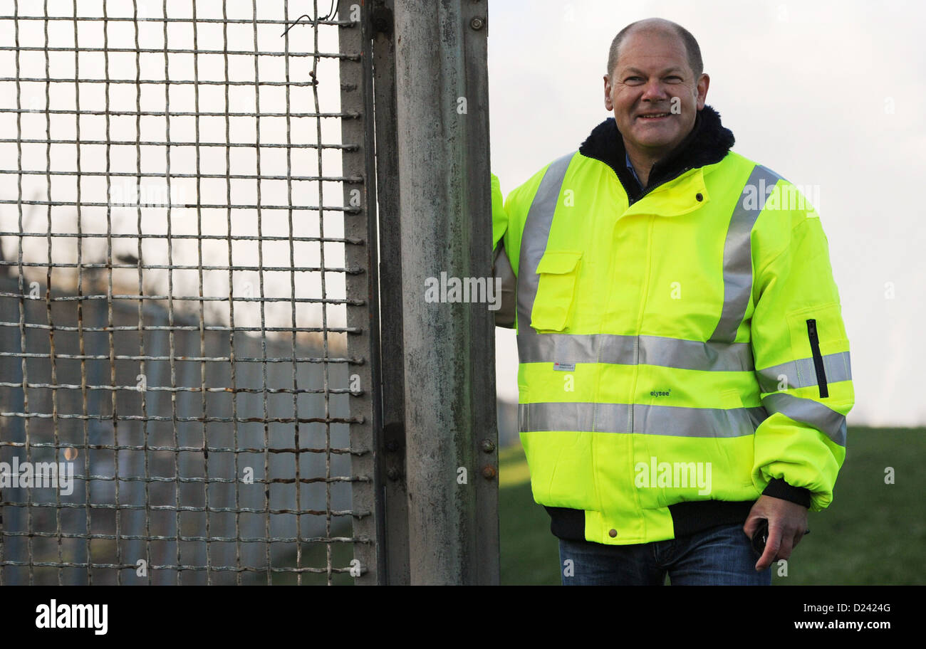 FirstMayor of Hamburg Olaf Scholz stands next to the former customs fence at the Spreehafen(Spree harbour) - Stock Image