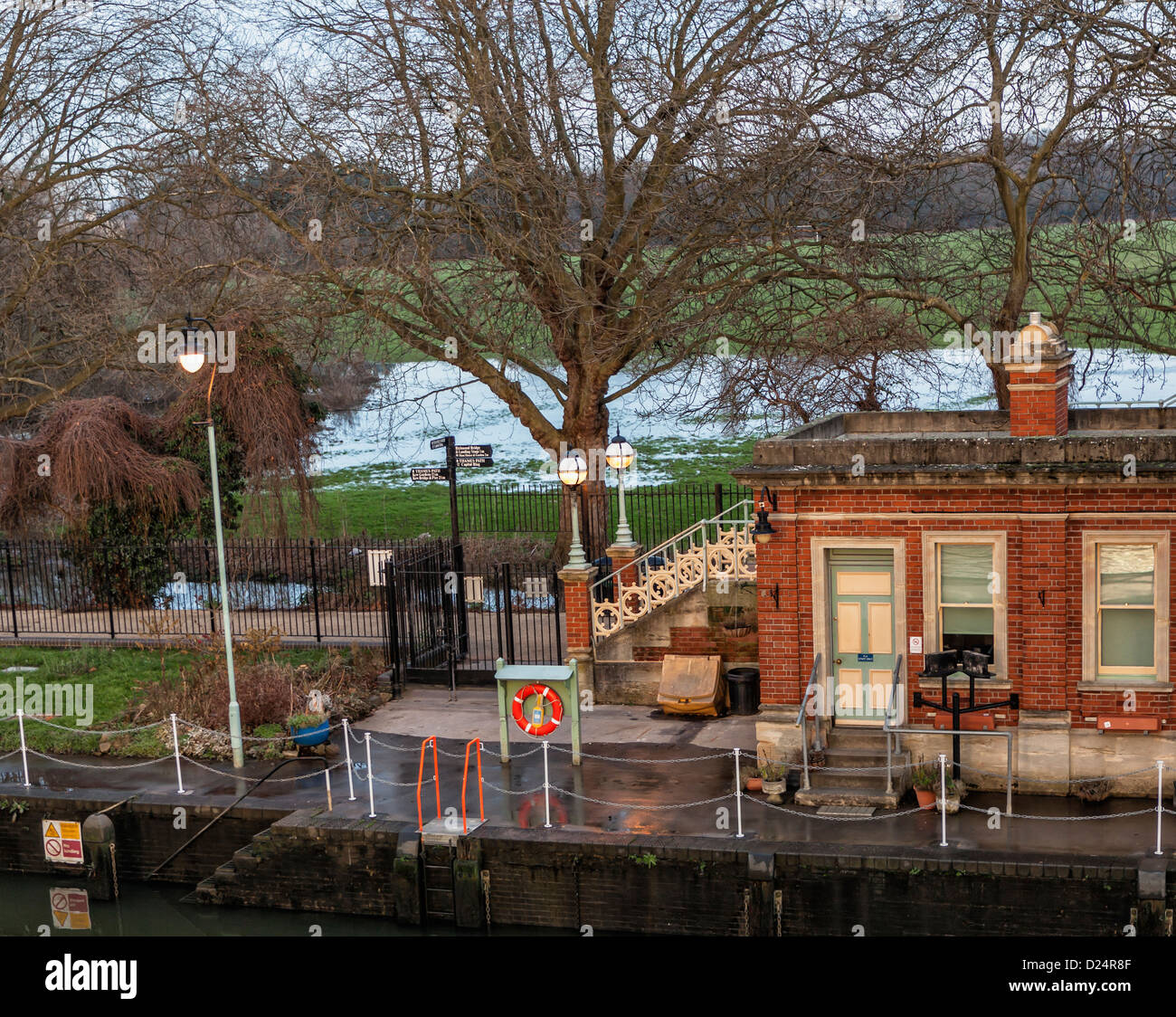 Lock keeper's office at the Richmond Lock and footbridge with the Old Deer Park in the background - Richmond - Stock Image