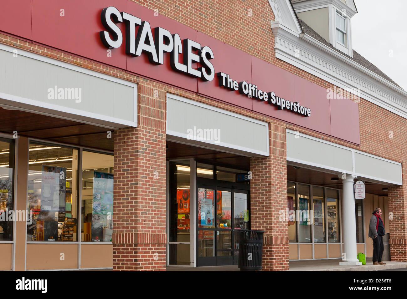 Staples storefront - Stock Image