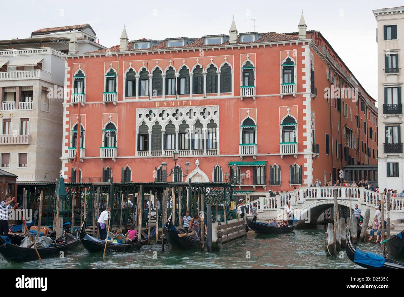 Hotel Danieli Gonola Boat Ship Water House River