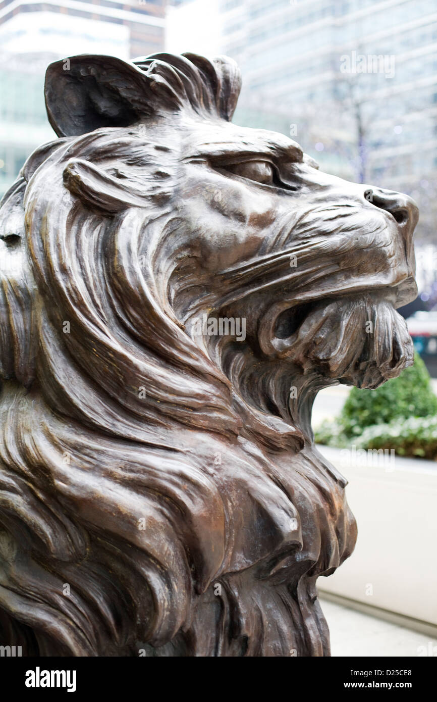 Bronze Lions stand Guard at the global headquarters of the HSBC Group in Canary Wharf London - Stock Image