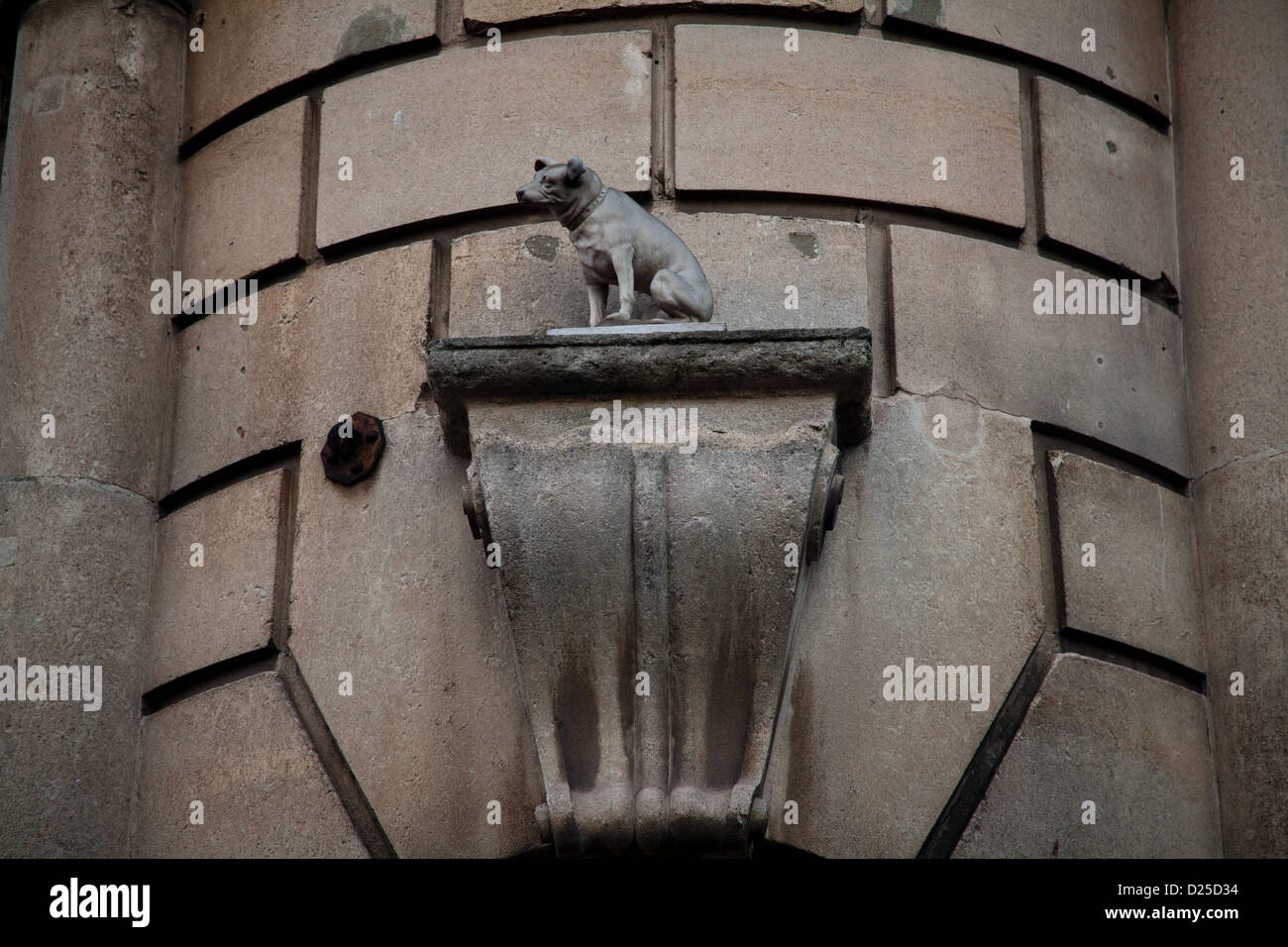 Bristol, UK. 15th January 2013. Statue dedicated to Nipper, the famous symbol of 'His Masters Voice' Credit: - Stock Image