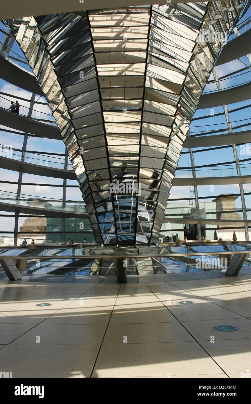 Dome of the Reichstag, seat of the German Parliament, designed by Norman Foster (b.1935). Interior. Berlin. Germany. - Stock Image