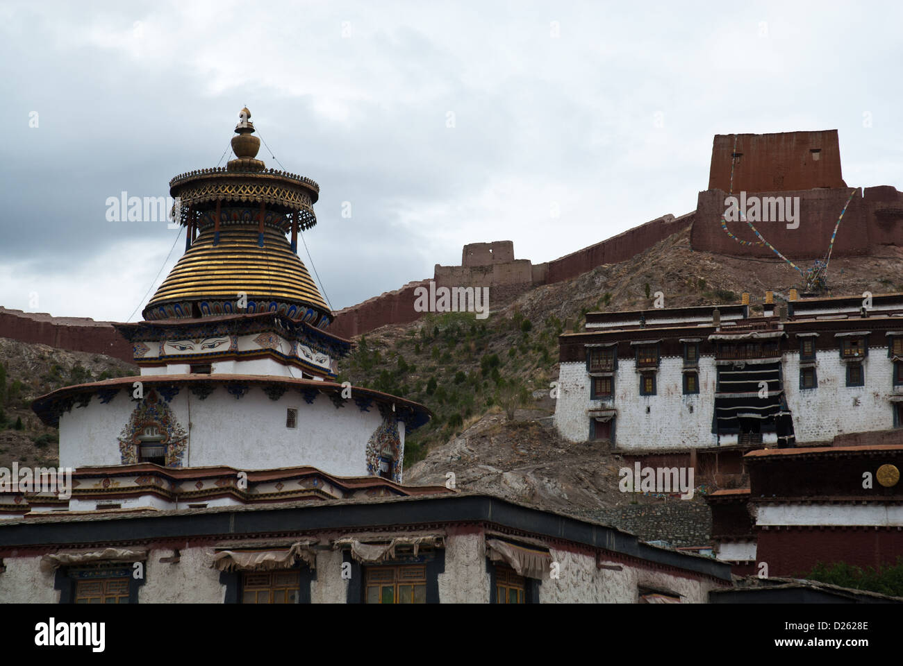 Monastery Pelkor Chöde with Kumbum Chörten and city wall fortress, Tibet, - Stock Image