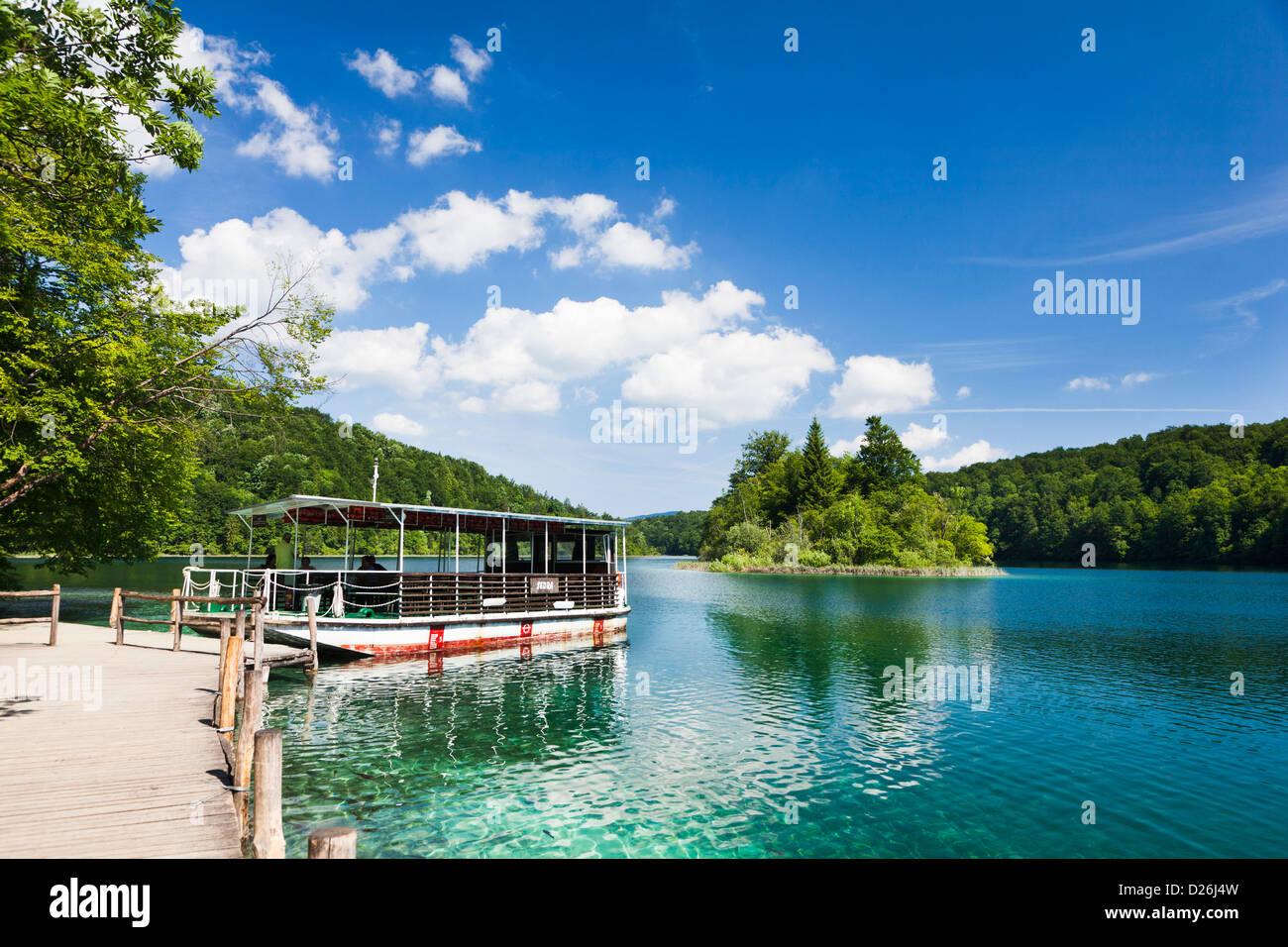 The Plitvice Lakes in the National Park Plitvicka Jezera in Croatia. Visitors taking a cruise on lake Kozjak. - Stock Image