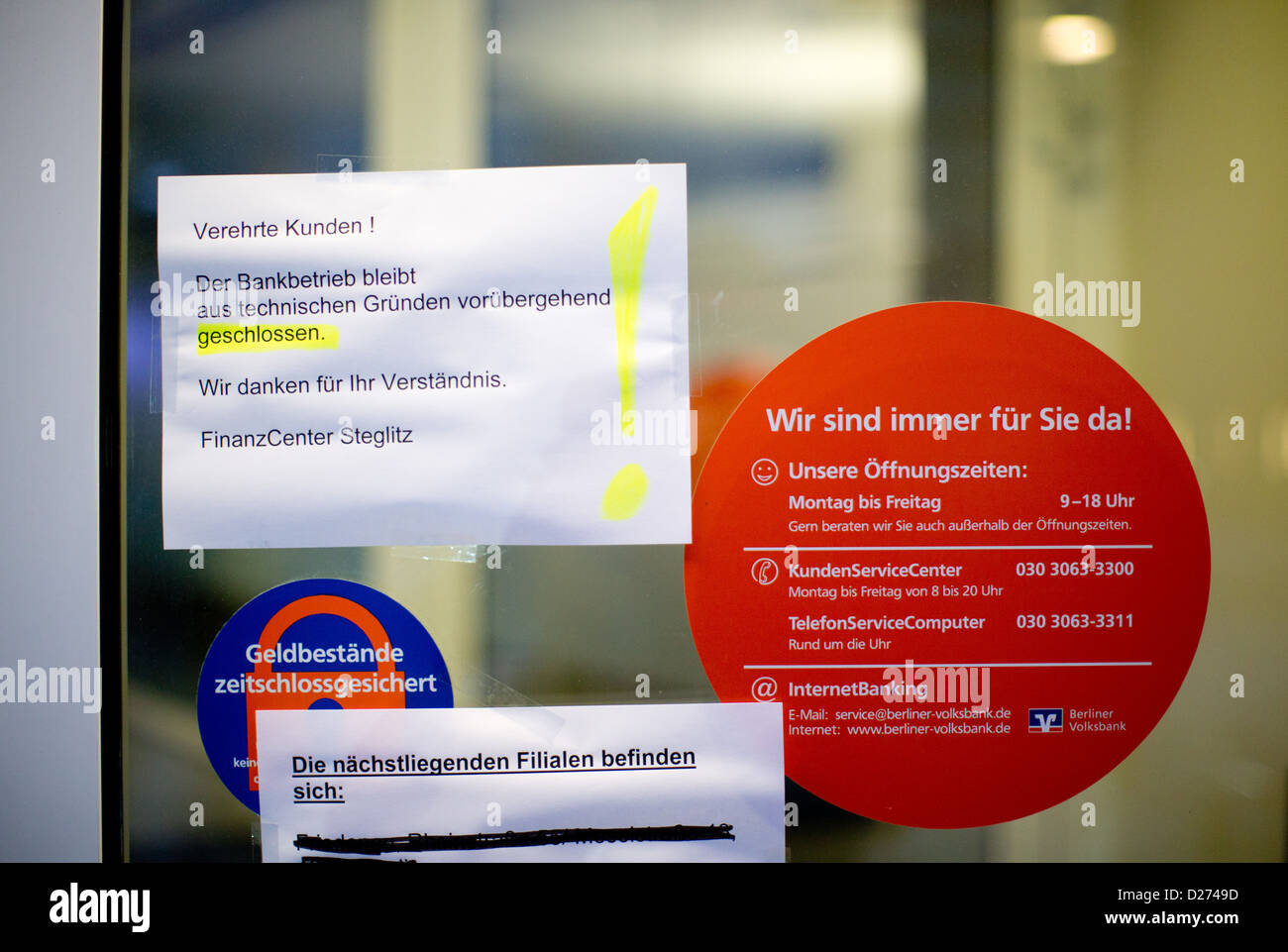 A note on the entrance door of a bank branch informs the customers about the temporary closure, in Berlin (Steglitz), - Stock Image