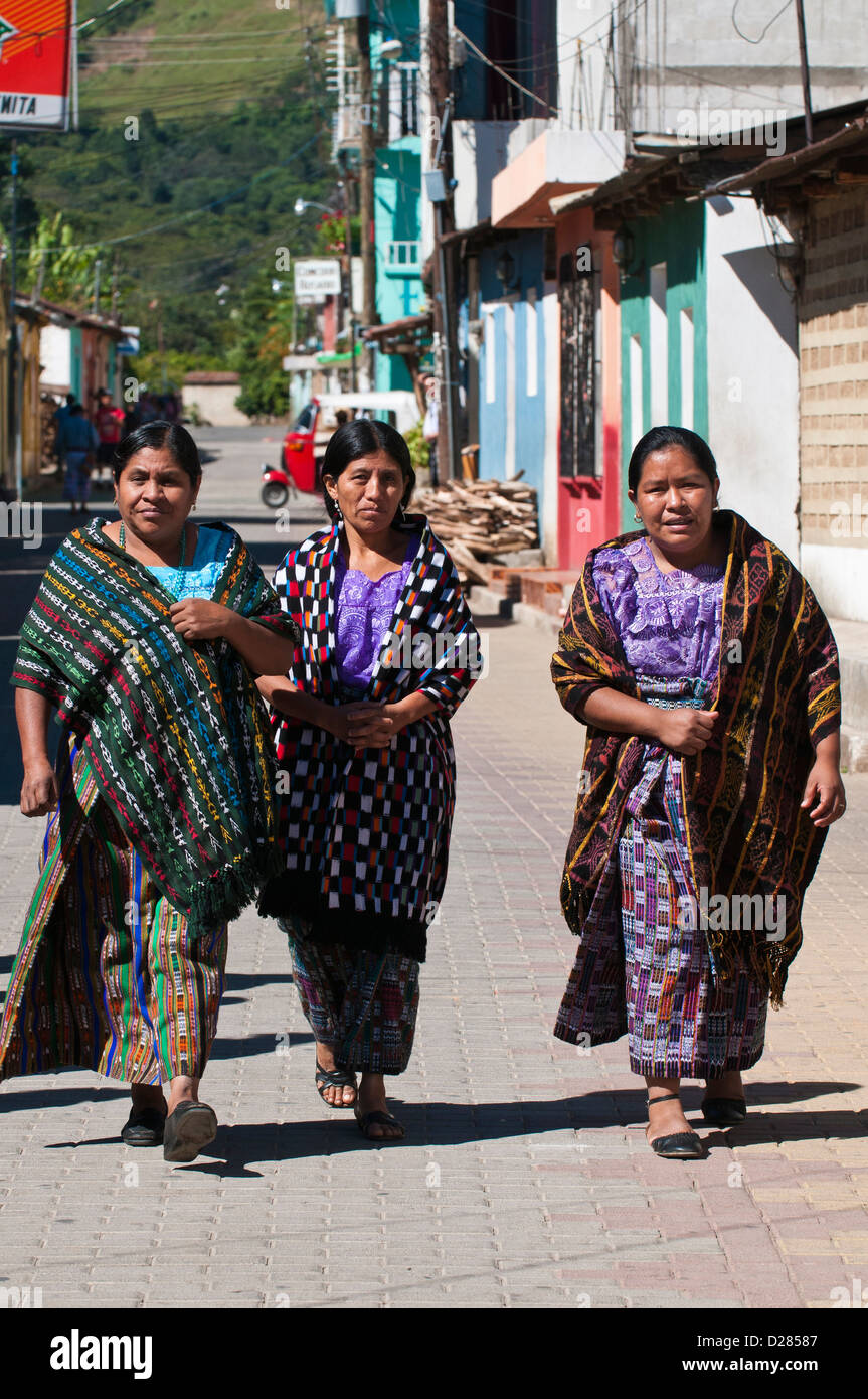 Guatemala, Santiago Atitlan. Mayan women in traditional dress. - Stock Image