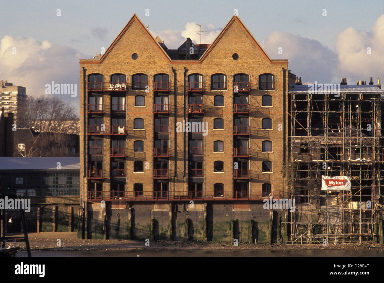 New build flats in Wapping during the 1980s Docklands boom. 1989. - Stock Image