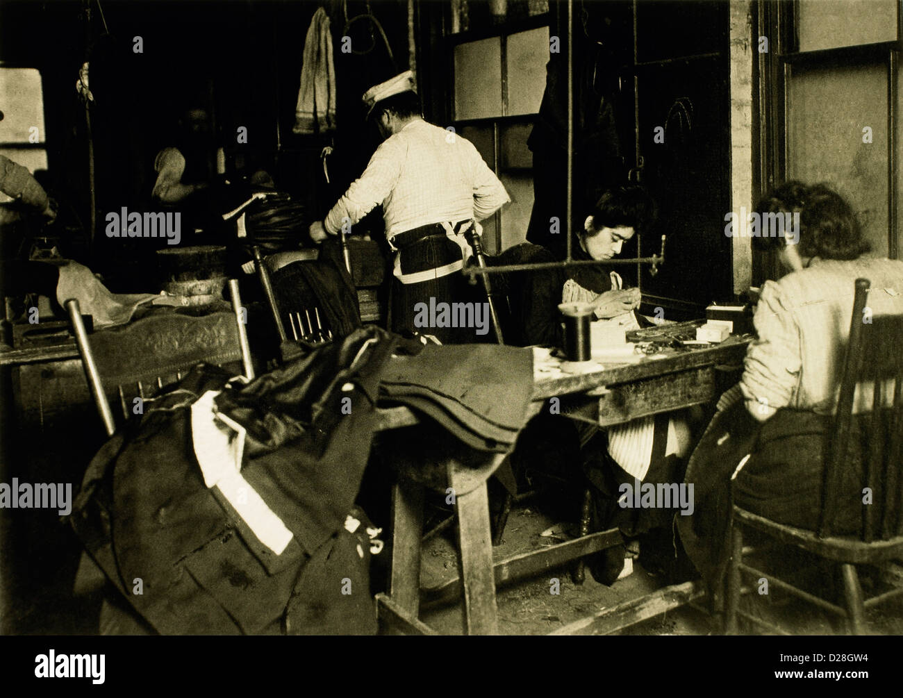 Workers in Clothing Sweatshop in Tenement Building, 30 Suffolk Street, New York City, USA, 1908 - Stock Image