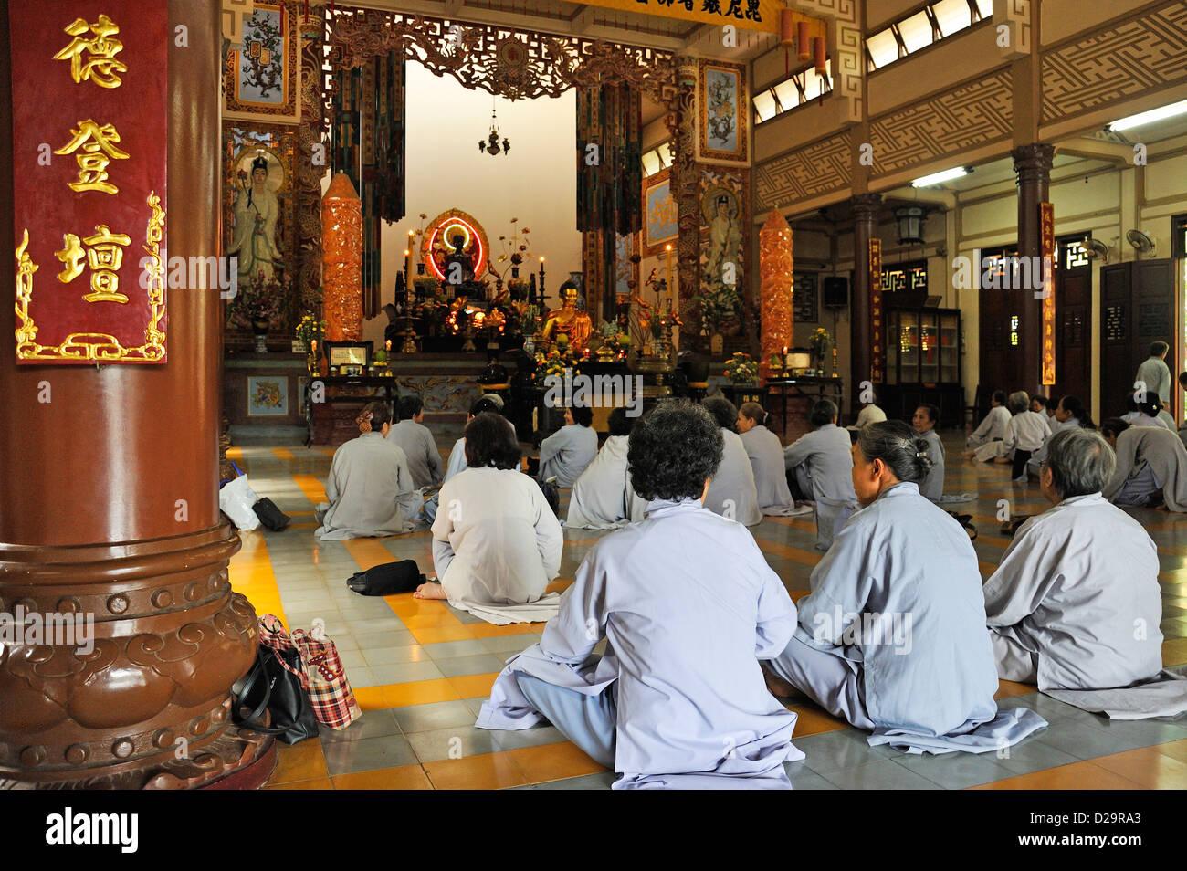 Buddhist women praying at Long Son Pagoda, Nha Trang, Vietnam - Stock Image