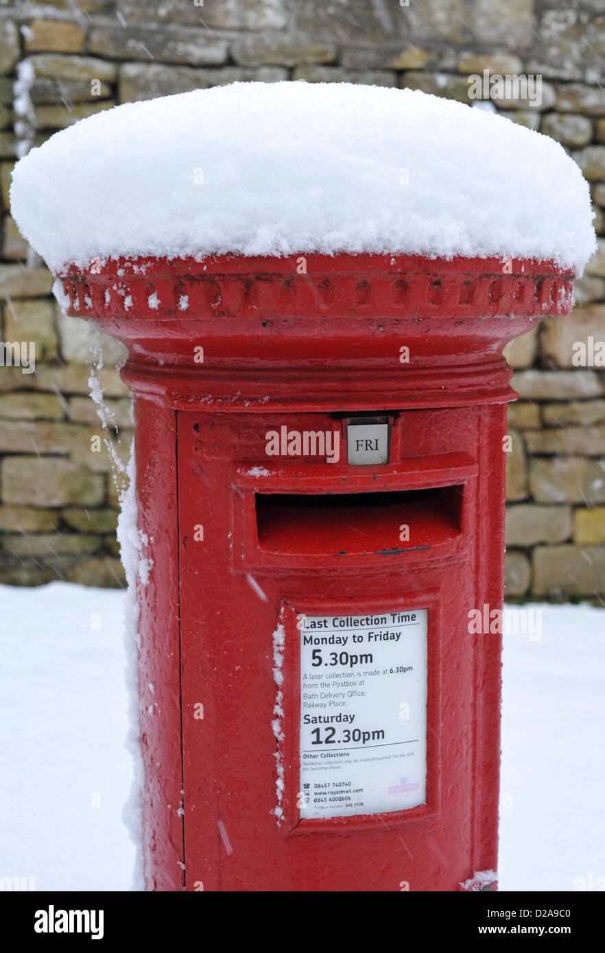 Bathford, UK. 18th January 2013. Britain awakes to a blanket of snow.  Postbox in Bathford, Friday January 18th - Stock Image