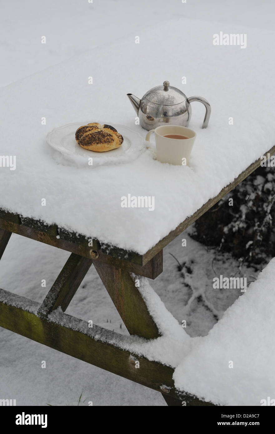 Bathford, UK. 18th January 2013. Britain awakes to a blanket of snow.  Bathford, Friday January 18th 2013. Credit: - Stock Image