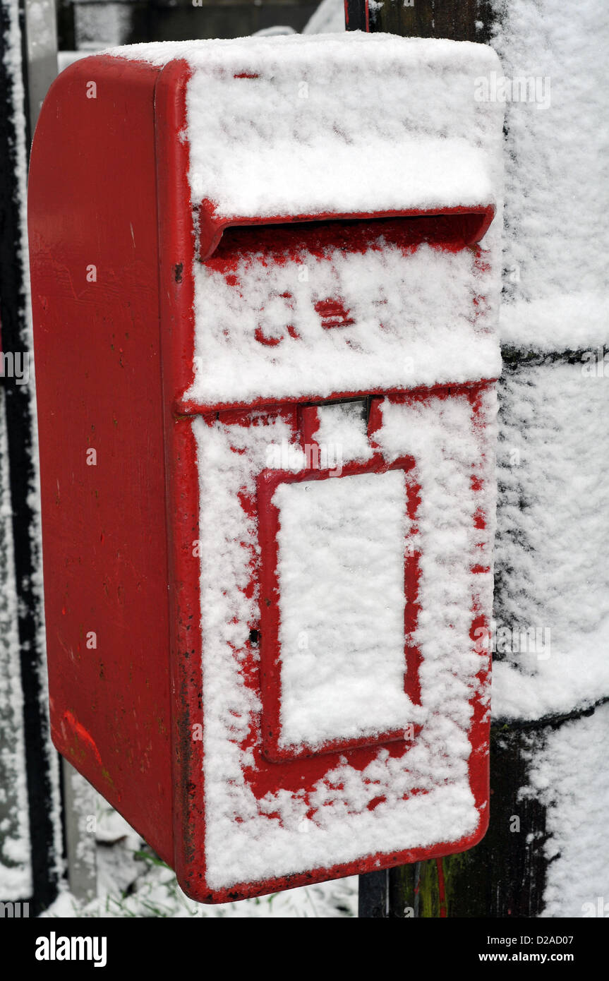 Aberystwyth, Wales, UK. 18th January 2013. Strong winds have blown snow across the face of this post box in Comins Stock Photo