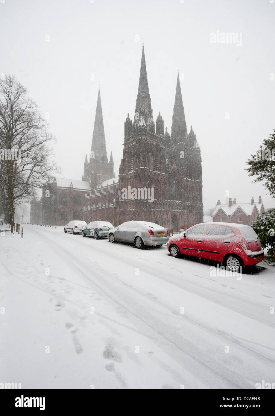 LICHFIELD, STAFFORDSHIRE, UK. 18TH JANUARY 2013. Heavy snow begins to fall overnight and continues throughout the - Stock Image