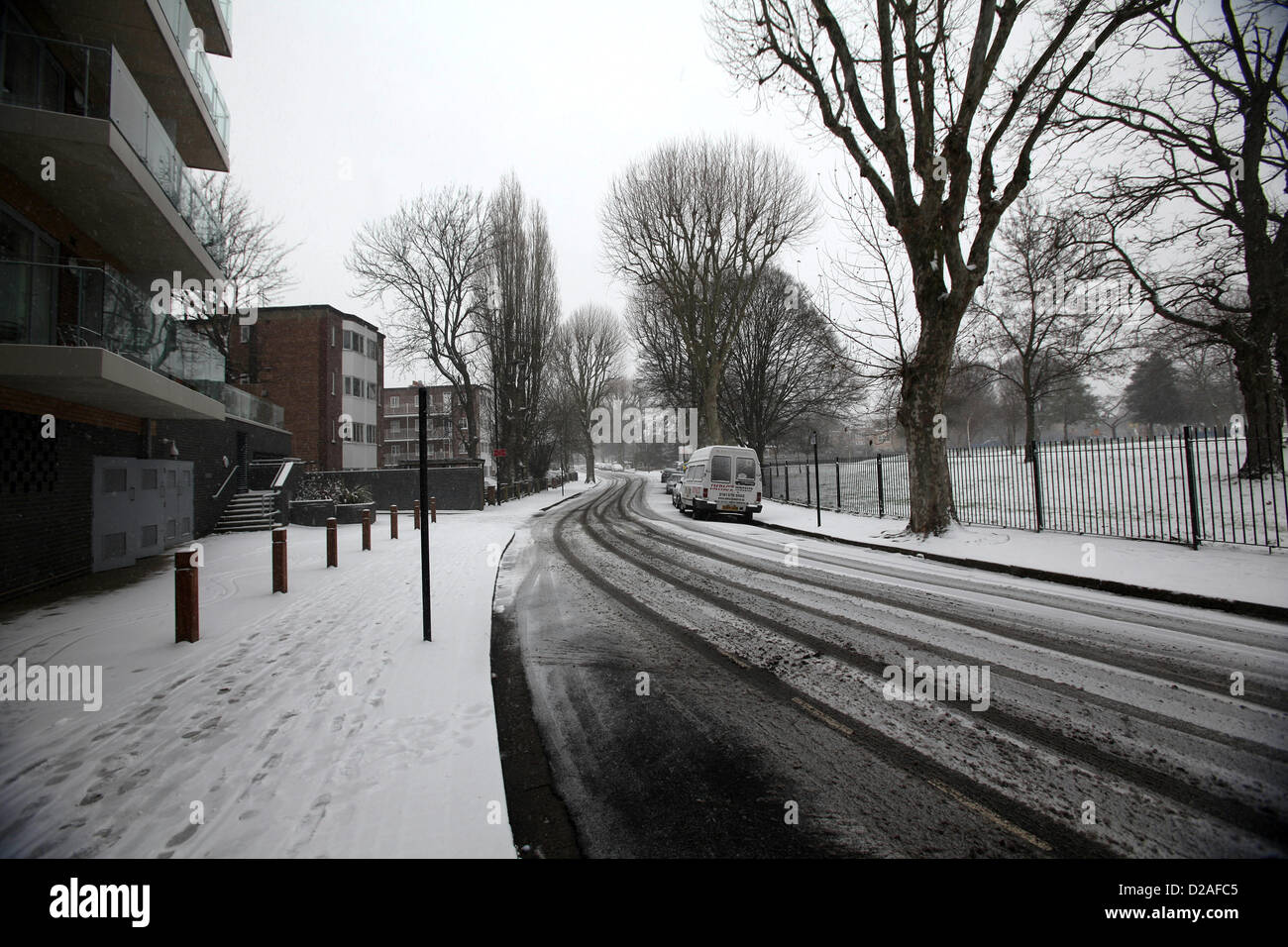 London, UK. 18th January 2013.  Snow settling in Acton, London. - Stock Image