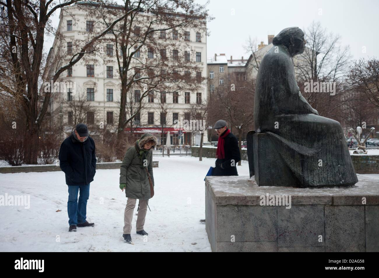 French tourists look for remaining spaetzle at the Kaethe Kollwitz monument in Berlin, Germany, 16 January 2013. - Stock Image