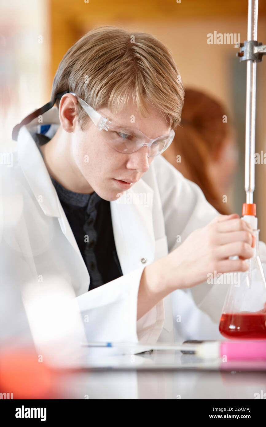 Student working in chemistry lab - Stock Image