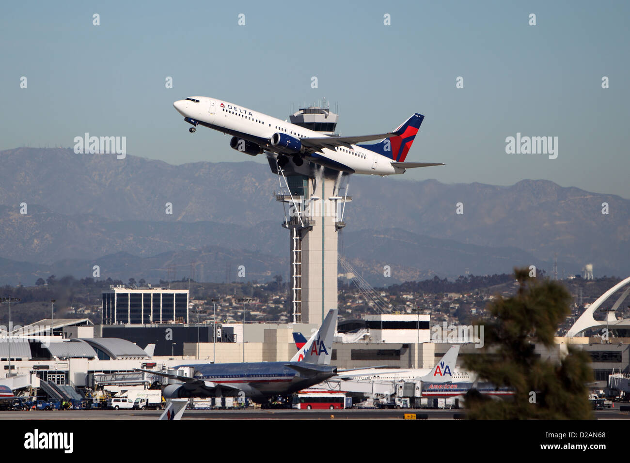 LOS ANGELES, CALIFORNIA, USA - JANUARY 15, 2013 - A Delta Airlines Boeing 737-832 takes off from Los Angeles Airport - Stock Image