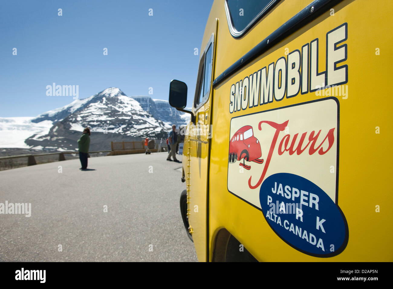OLD YELLOW TOUR SNOWMOBILE AT VISITORS CENTER COLUMBIA ICEFIELD JASPER NATIONAL PARK ALBERTA CANADA - Stock Image